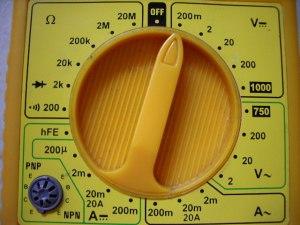 Rueda selección de rango de medida en multímetro
