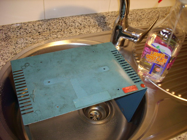 Limpieza de carcasa. Al fregadoro con agua y jabón.